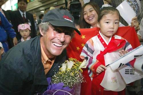 图文 中国队飞抵光州 米卢与小朋友合影 童心未泯 -世界杯